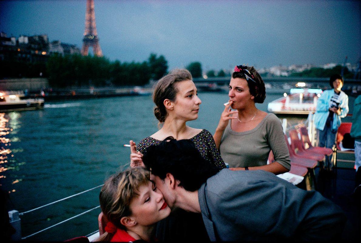 Freunde bei einer Bootsfahrt auf der Seine