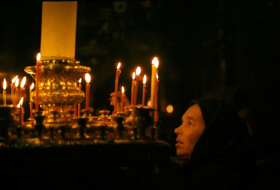 Frau entzündet Kerzen