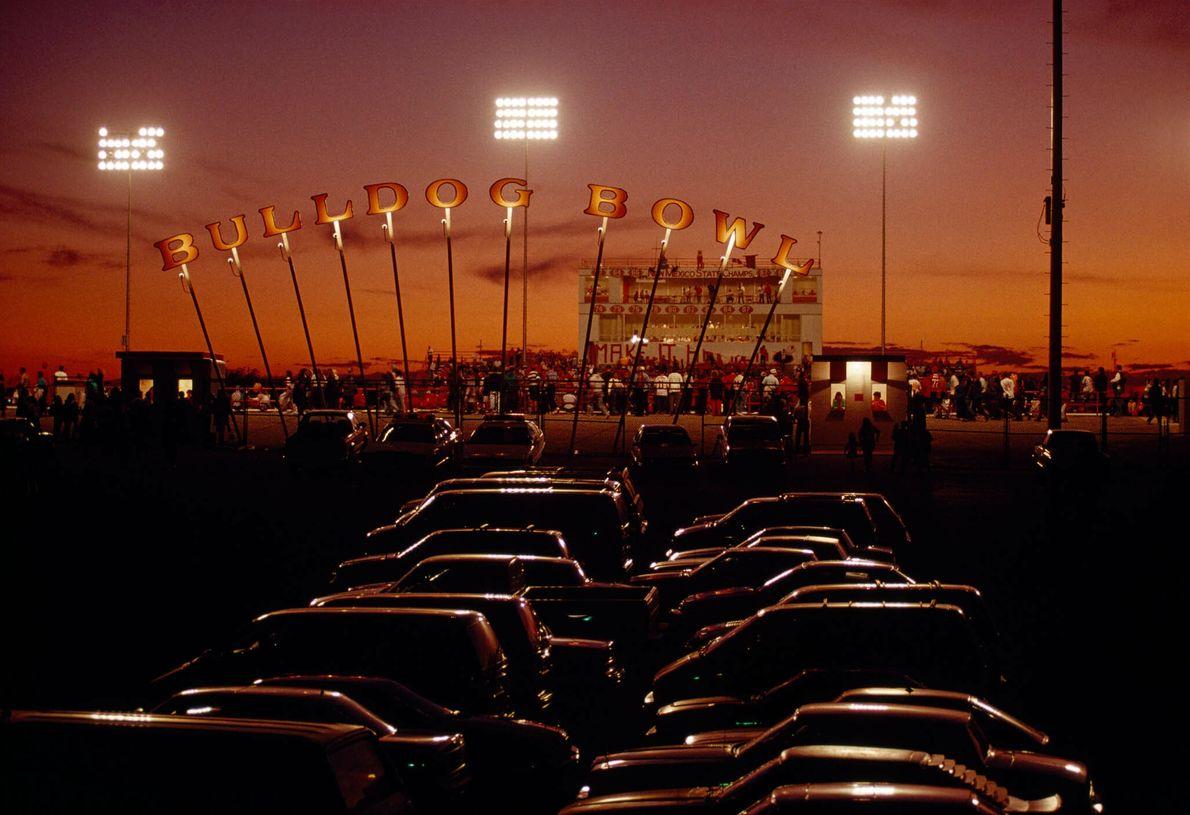 Autos parken vor einem Football-Stadion