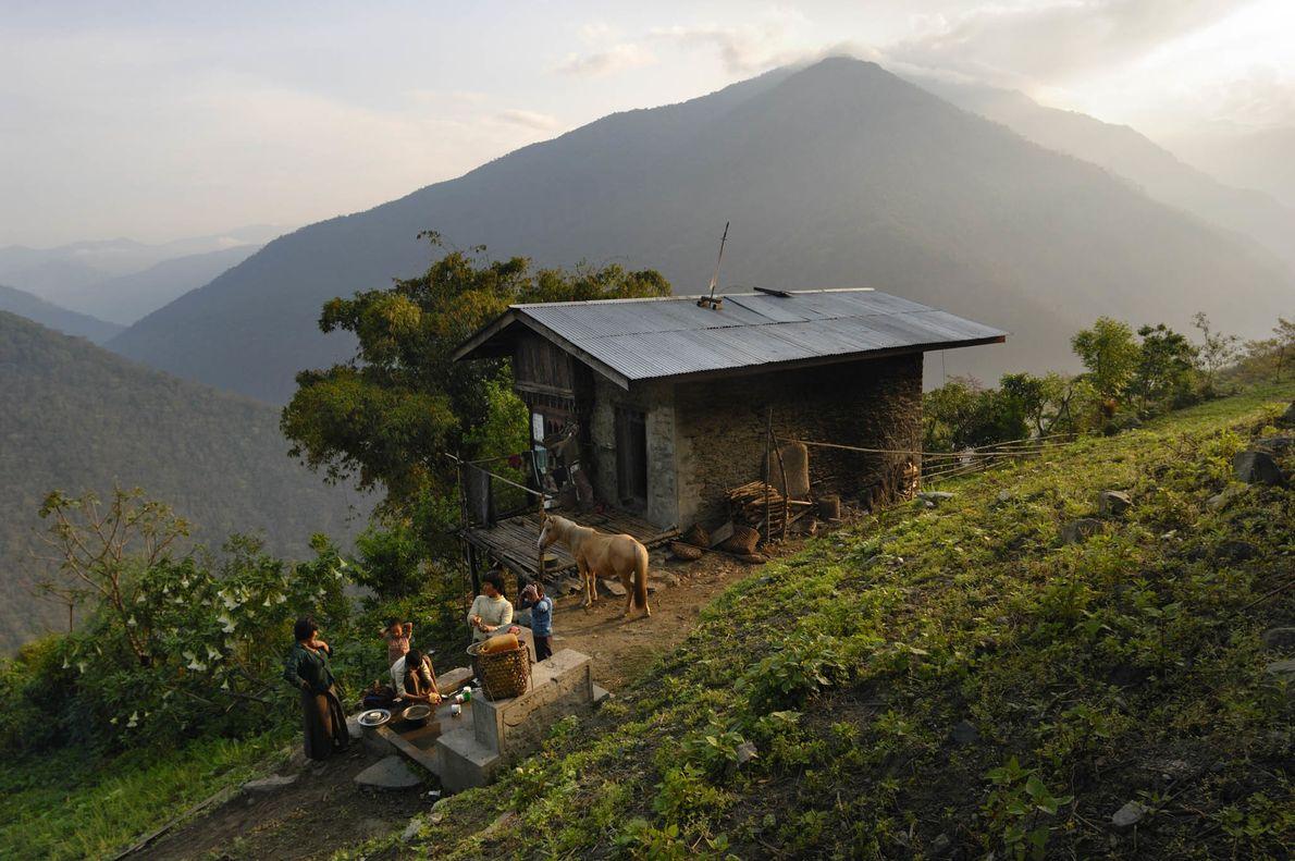 Dorfbewohner an einer Wasserpumpe in Bhutan