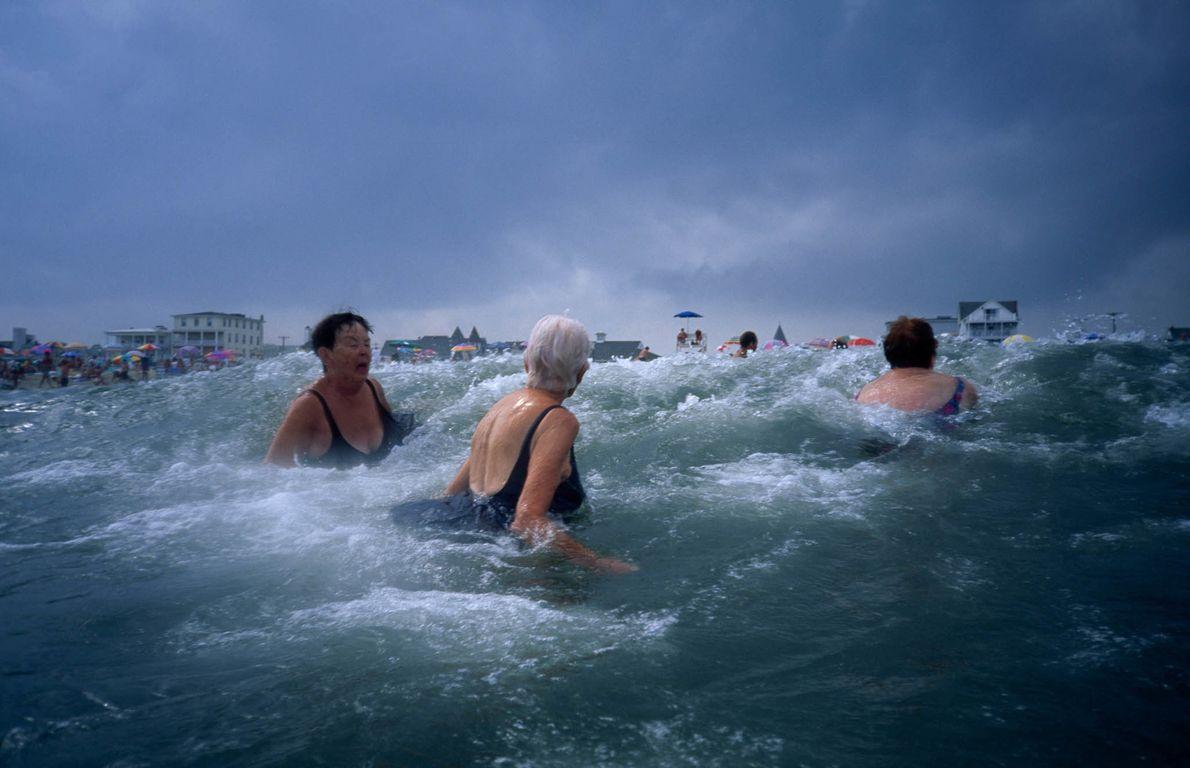 Frauen schwimmen in Ocean Grove