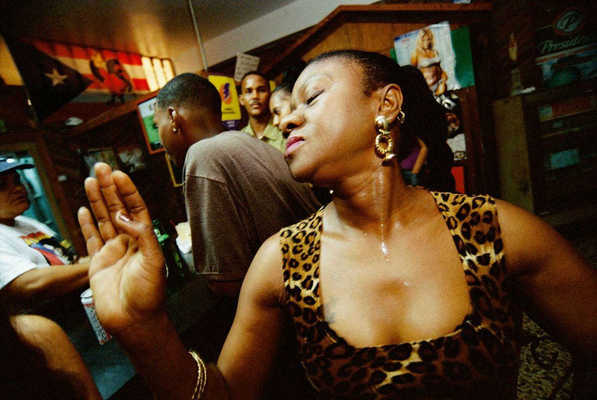 Eine Frau tanzt in einer Bar zu Musik