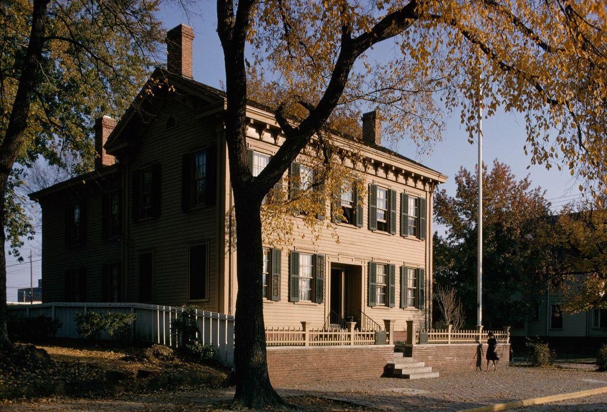 Frau spaziert an historischem Haus vorbei