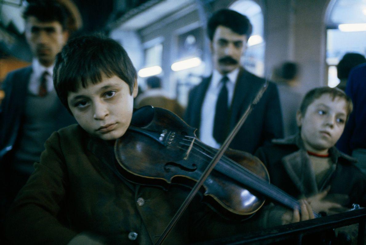 Musizierende Jungen in Istanbul
