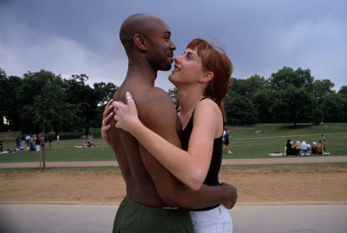 Ein Paar umarmt sich im Park