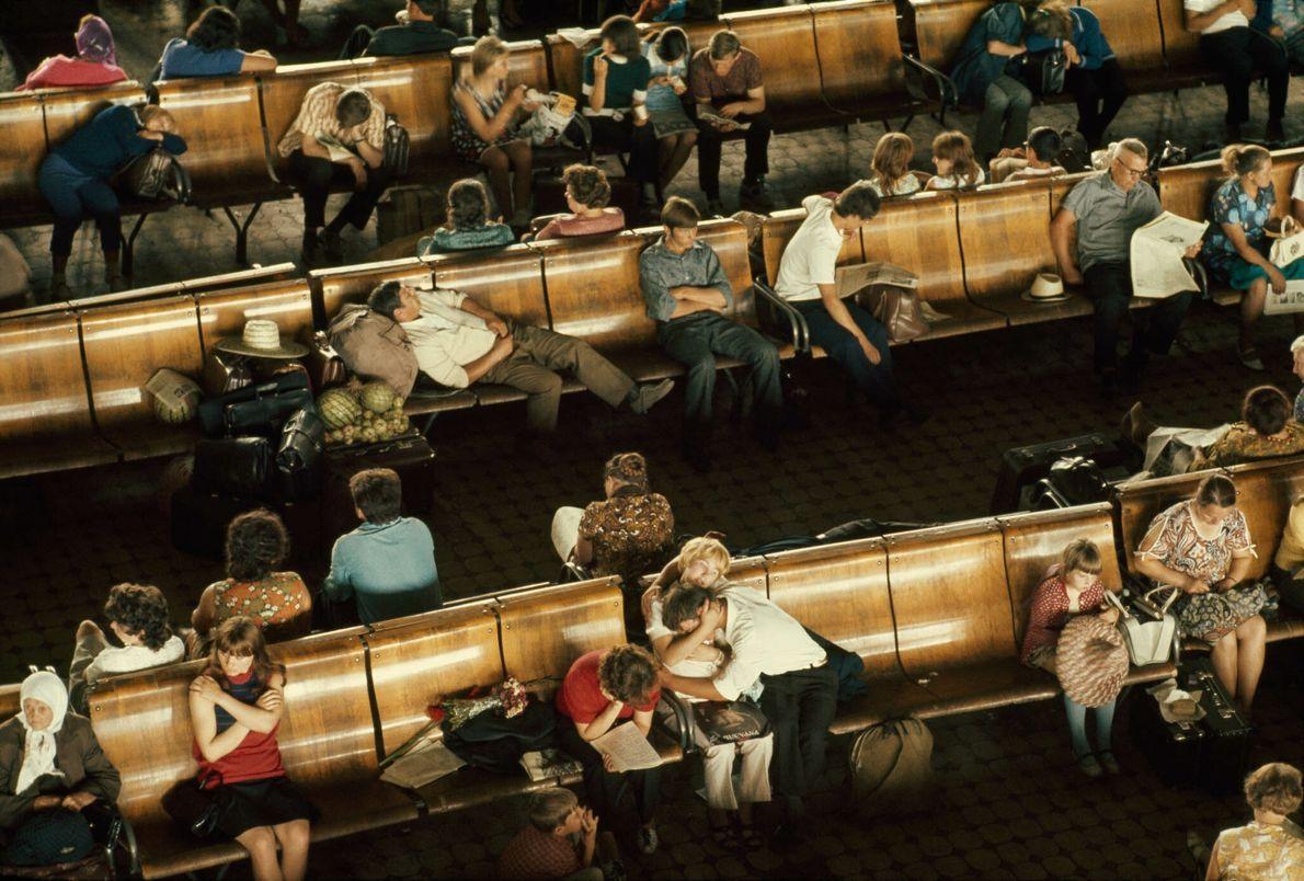 Reisende warten am transsibirischen Bahnhof in Novosibirsk