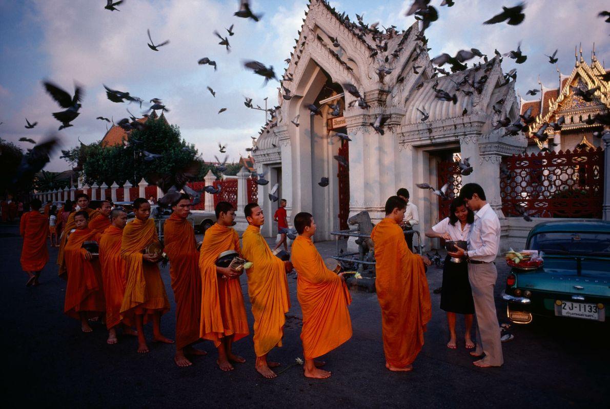 Buddhistische Mönche am Marmortempel Wat Benchamabophit in Bangkok