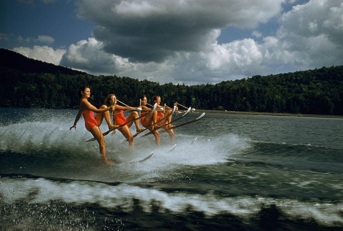 Synchrones Wasserskiing auf dem Dart Lake