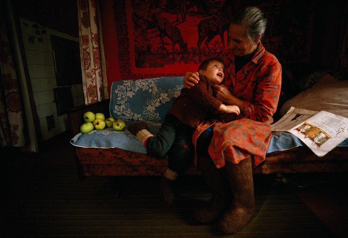 Großmutter liest Enkel Märchen vor