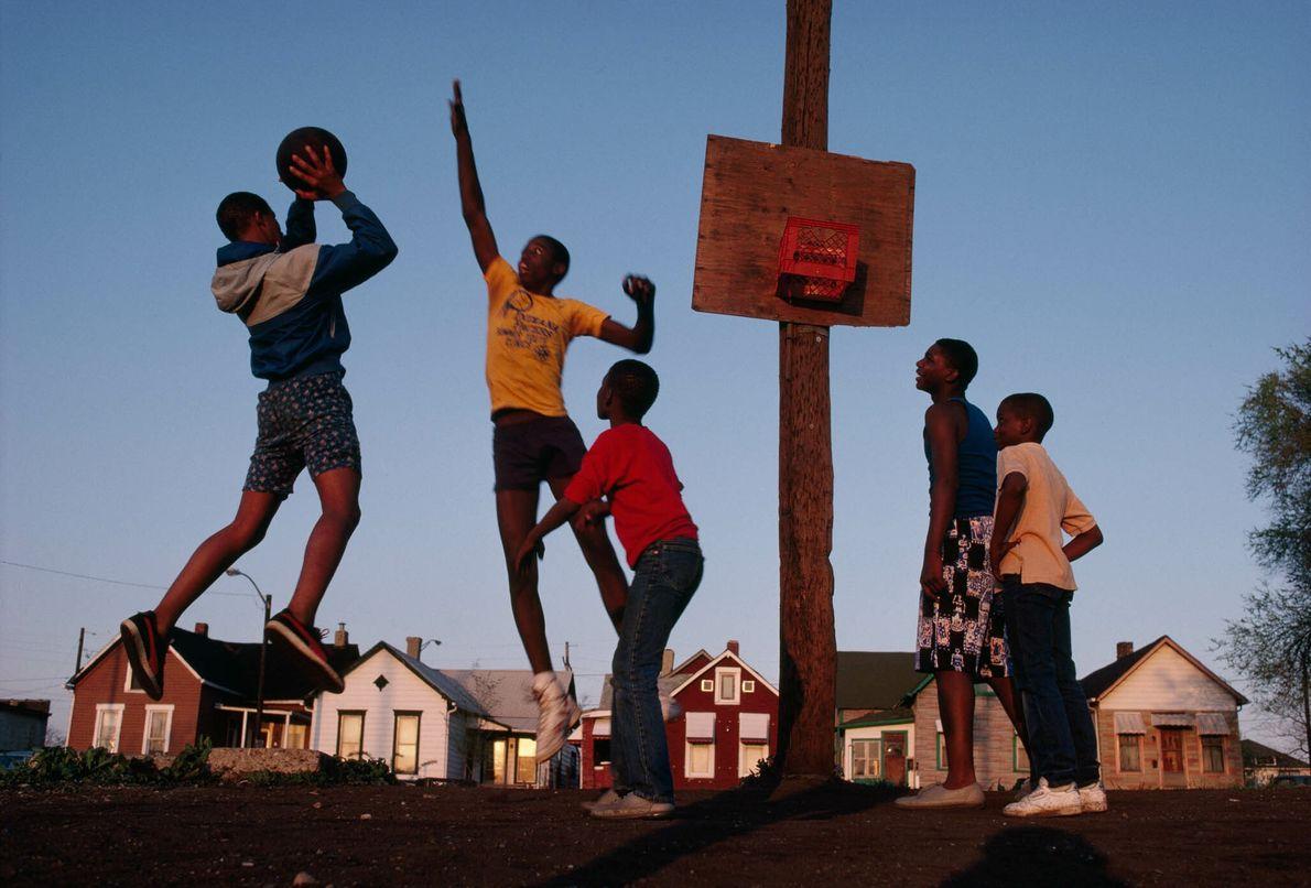 In Indianapolis spielen Kinder Basketball