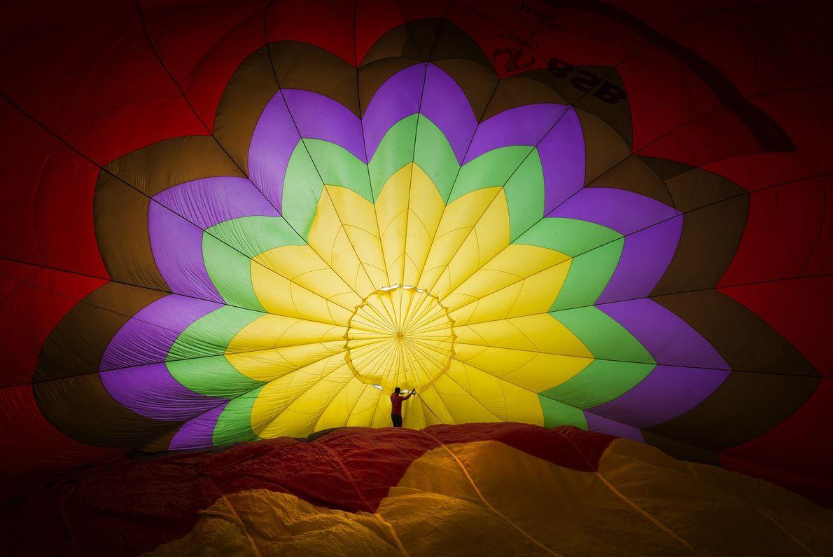 Ein Mann in einem noch nicht aufgepumpten Heißluftballon in Vietnam.
