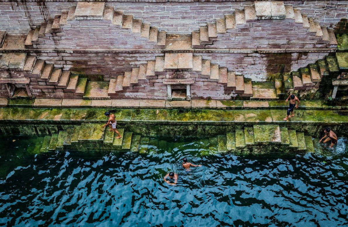 Schwimmen im Stufenbrunnen