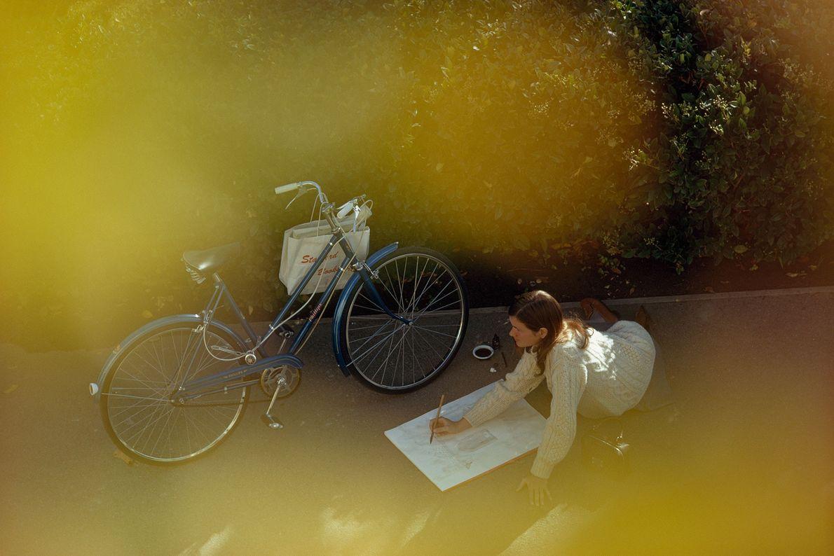 Frau zeichnet in Palo Alto, Kalifornien