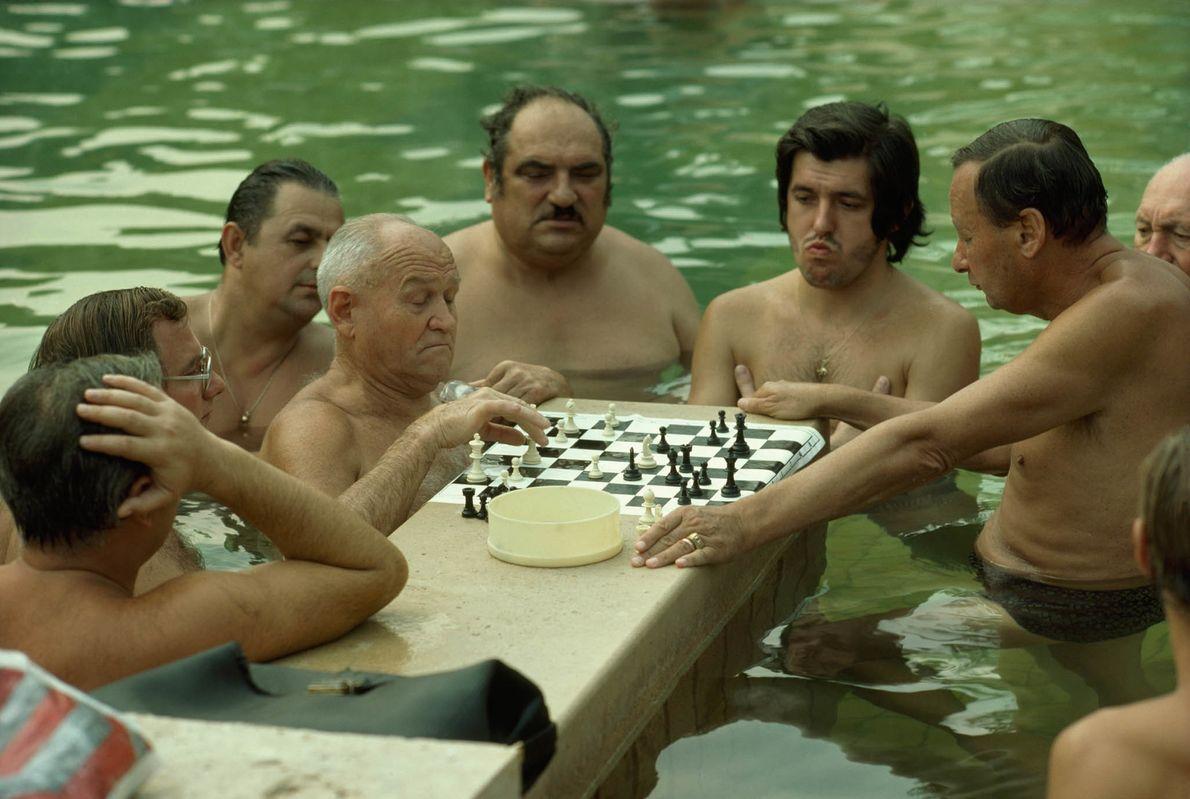 Männer im Thermalbad spielen Schach