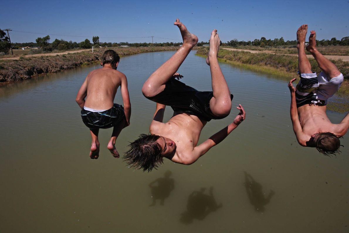 Jungs beim Baden in Australien