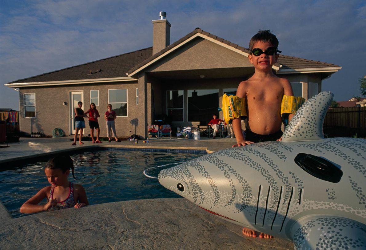 Junge mit Schwimmtier