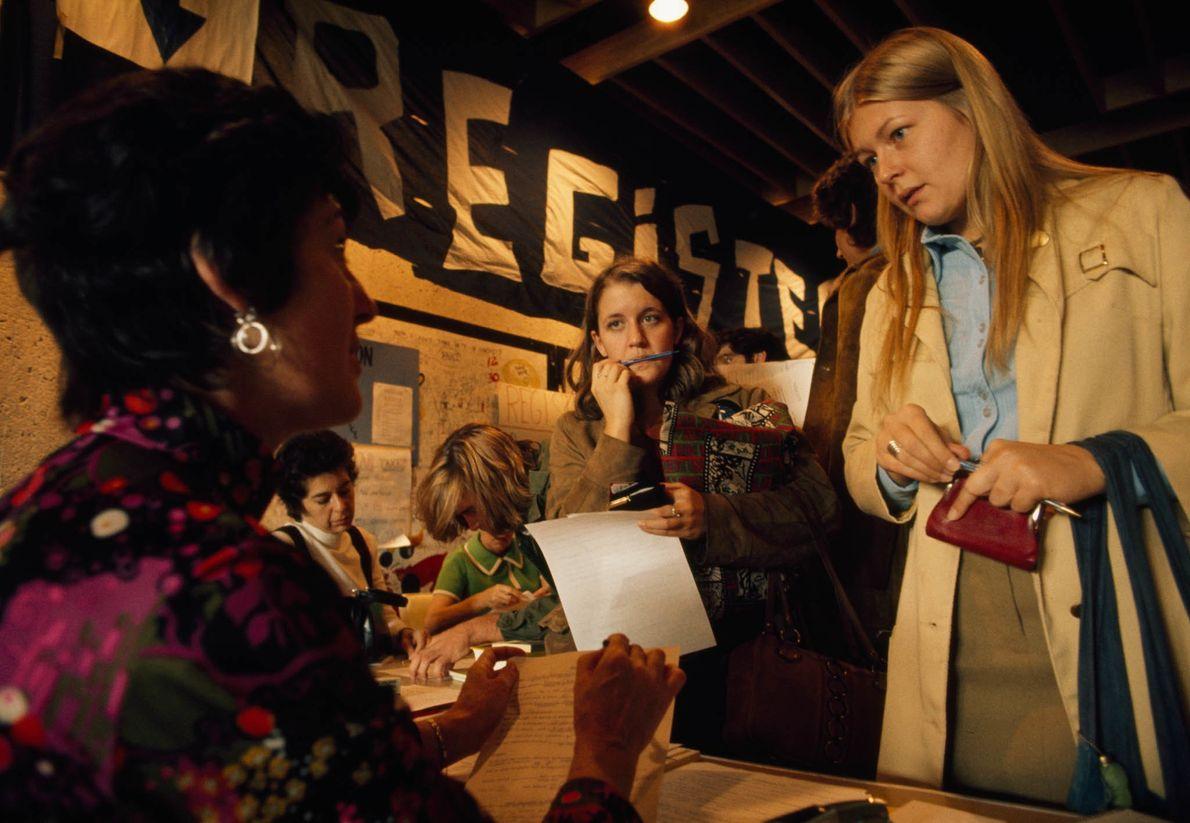 College-Studenten registrieren sich als Wähler