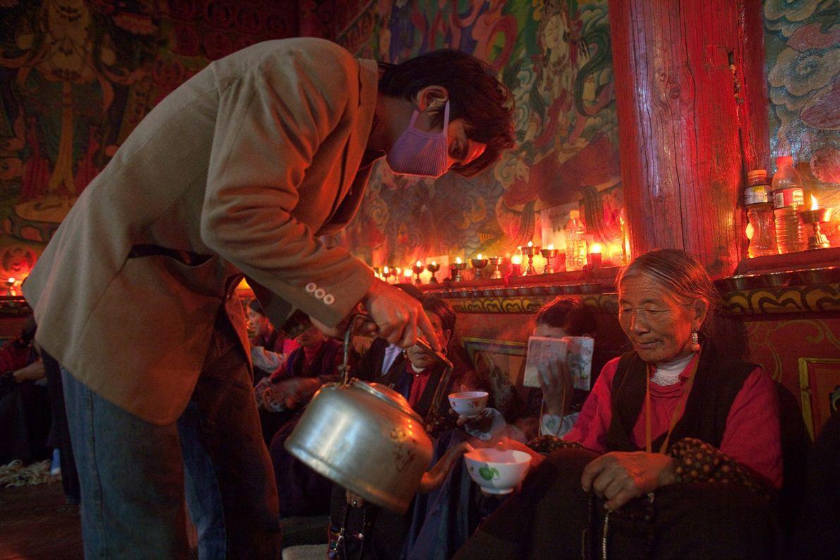 Menschen trinken Tee in einem Kloster