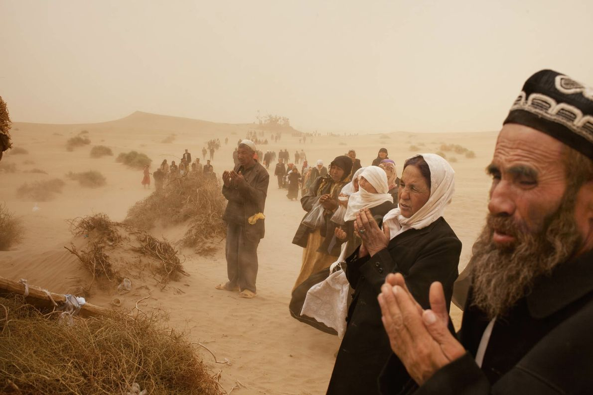 Betende Menschen in einer Wüstenlandschaft