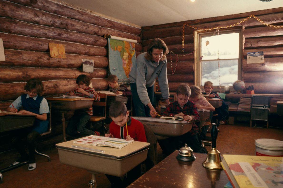 Klassenzimmer mit Kindern und Lehrerin
