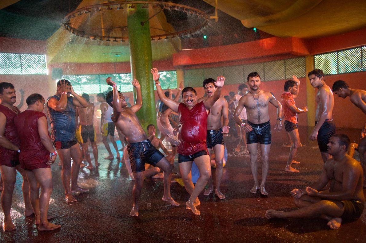 Männer tanzen in einem Wasserpark