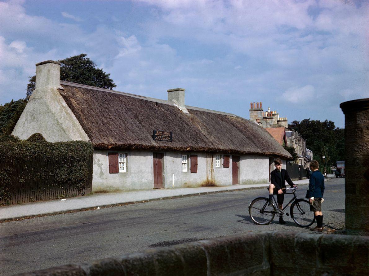 Zwei Jungen vor einem Cottage