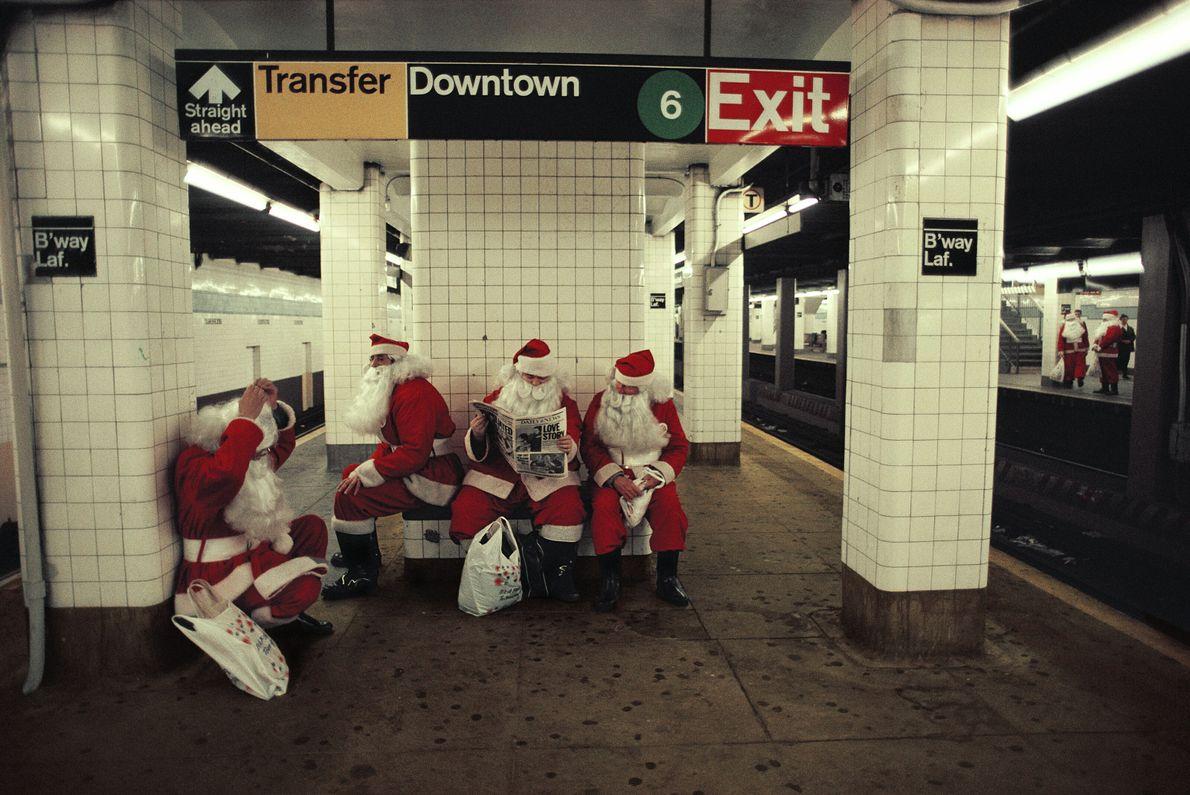 Weihnachtsmänner sitzen in einer New Yorker U-Bahn-Station