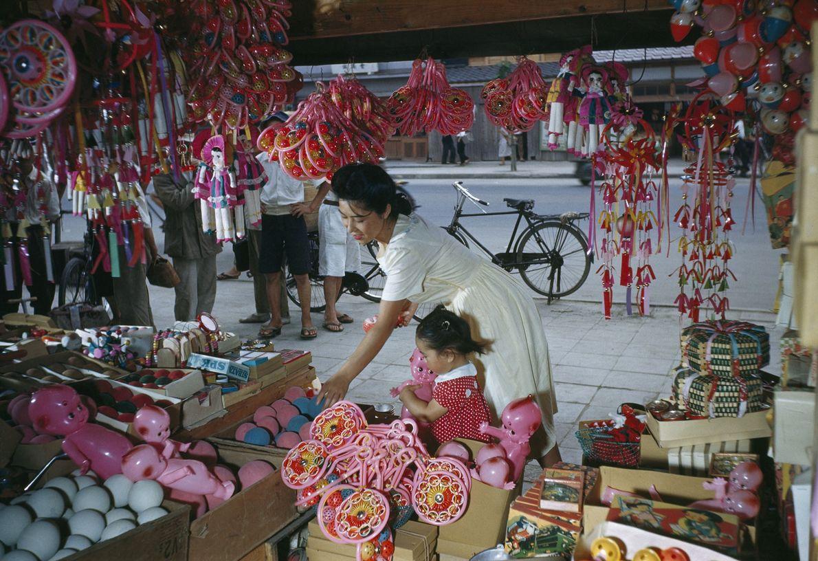 Mutter und Kind am Spielwarenstand in Osaka, Japan