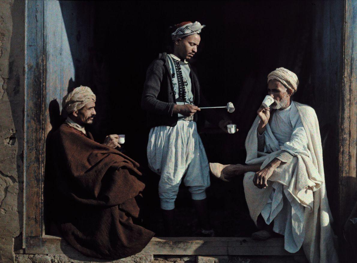 Tunesische Männer beim Kaffeetrinken