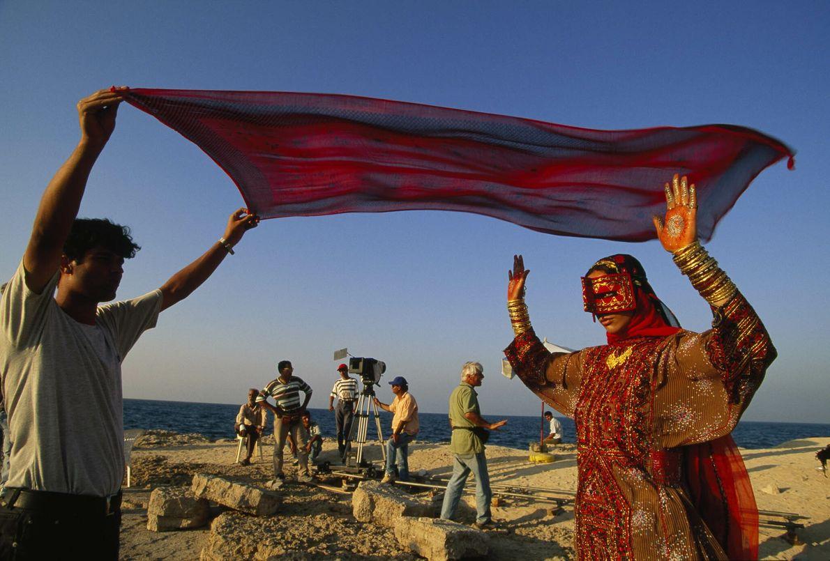 Kostümierte Frau bei Dreharbeiten im Iran