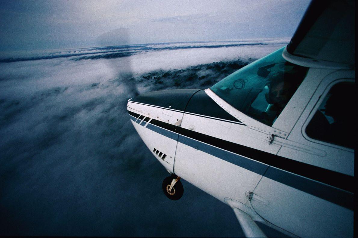 Luftaufnahme eines Flugzeugs über Afrika