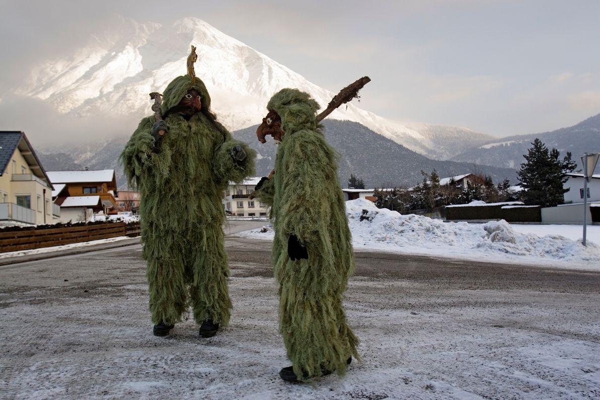 Verkleidete Männer in einer Winterlandschaft