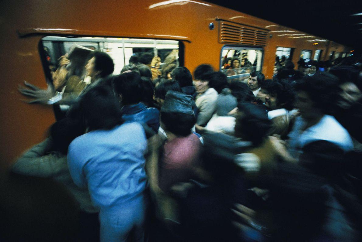 Menschen drängen in einen Waggon