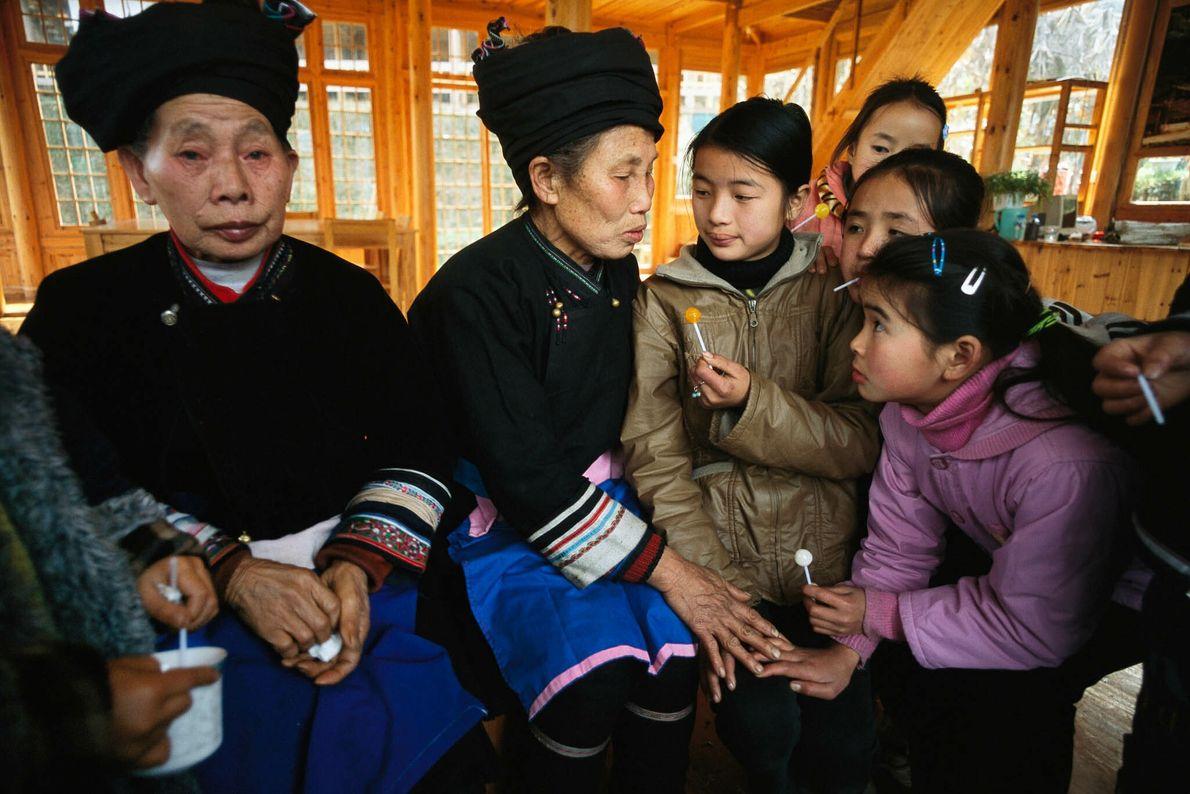 Kinder lernen Lieder von den Älteren