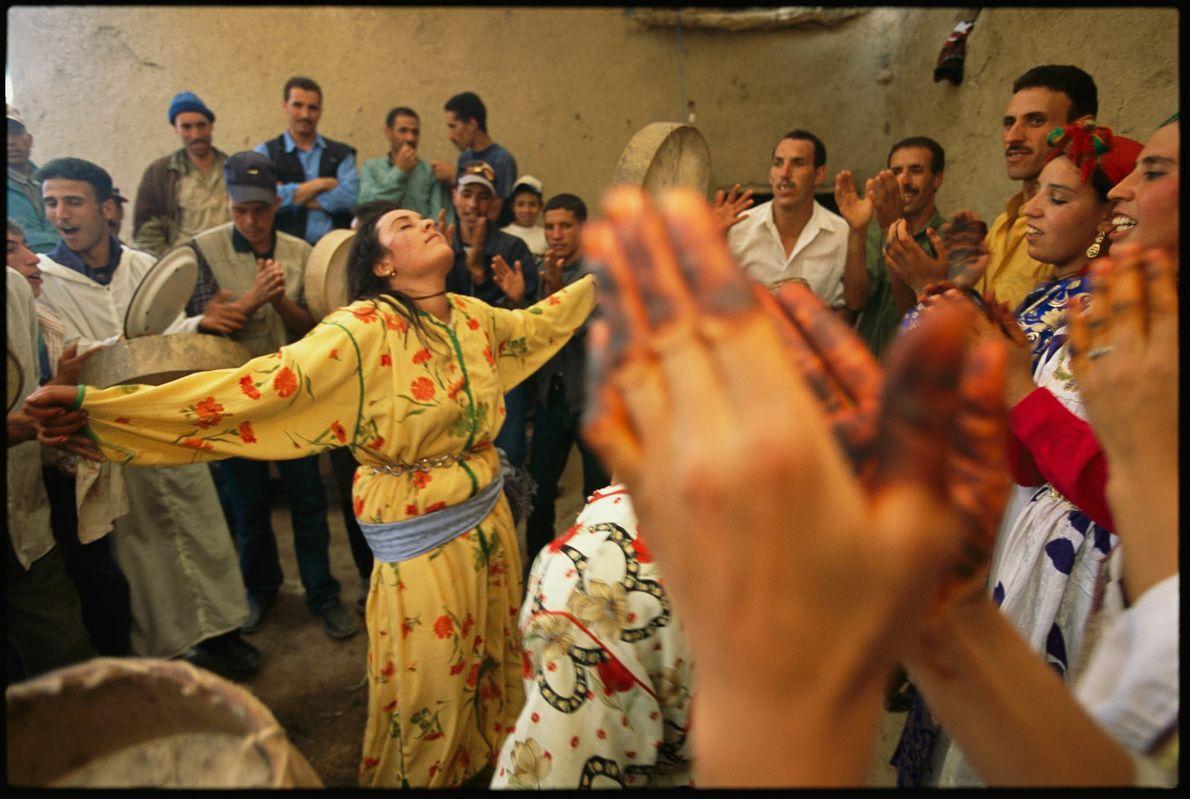 Eine Frau tanzt auf einer Hochzeitsfeier der Berber