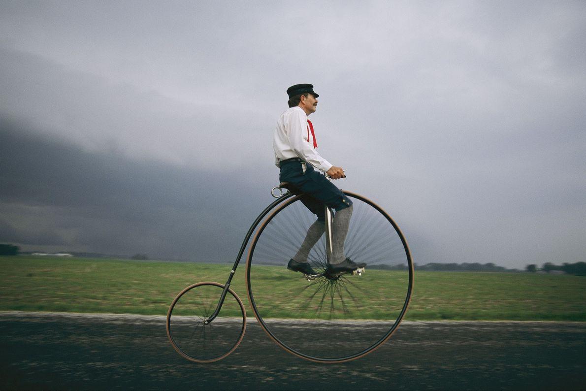 Mann auf Hochrad