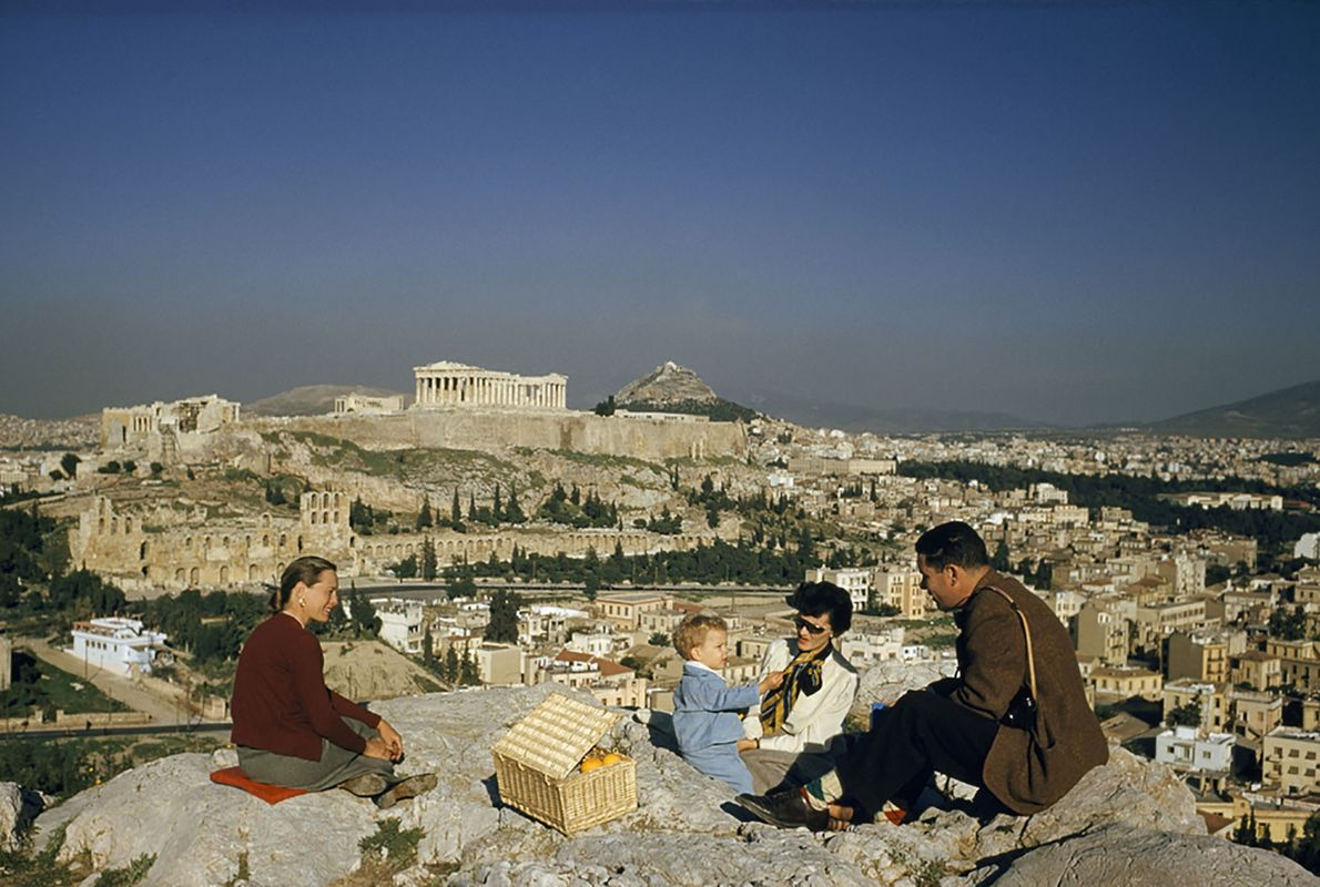 Familienpicknick vor dem Parthenon in Athen