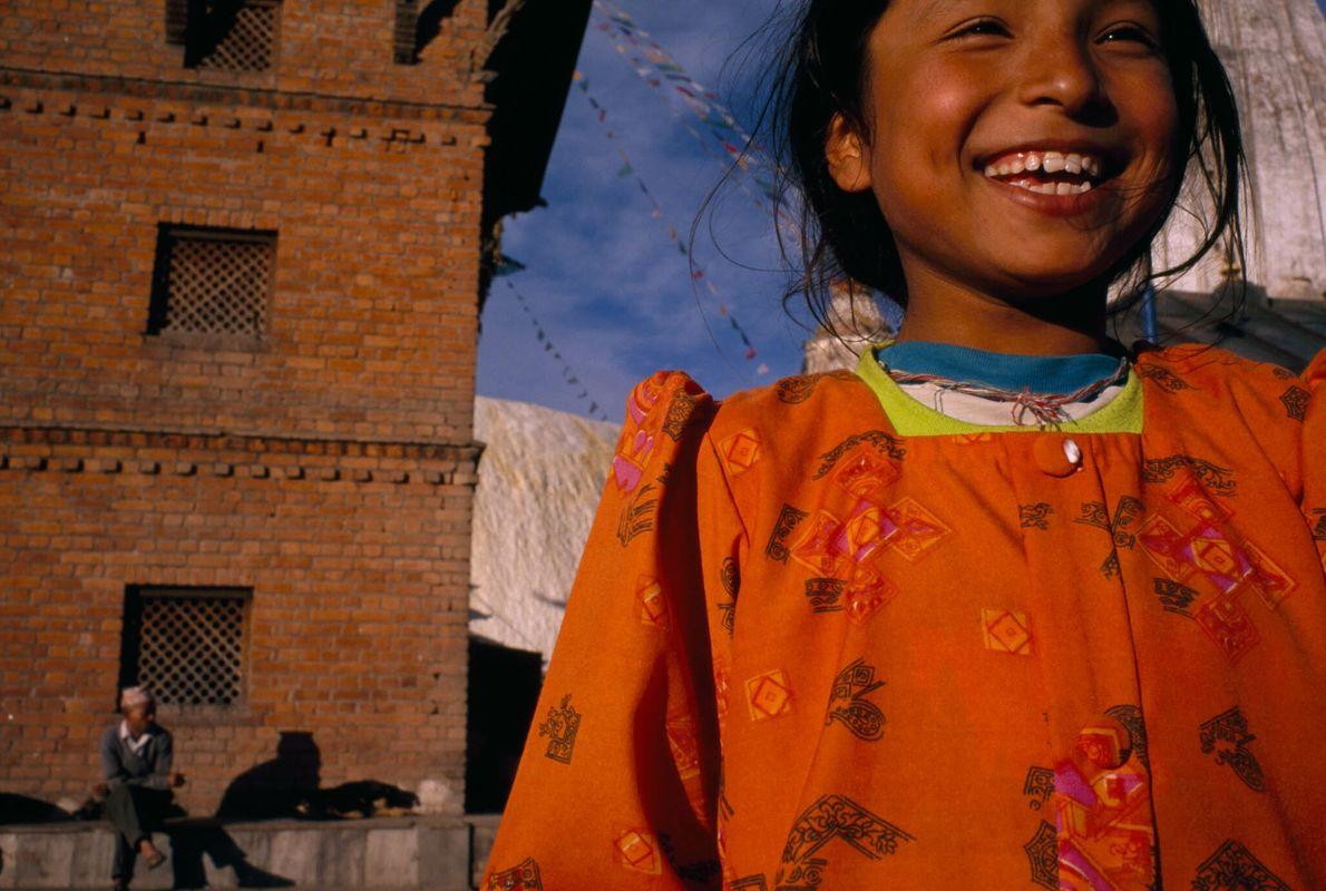 Ein Newar-Mädchen besucht Swayambhunath, Nepals älteste buddhistische Stupa