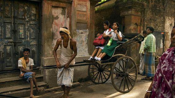 Rikscha mit Schulkindern in Kalkutta