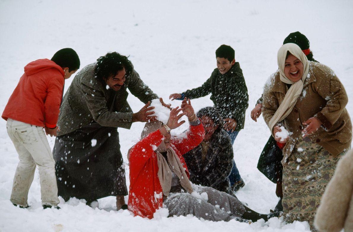Familie spielt im Schnee