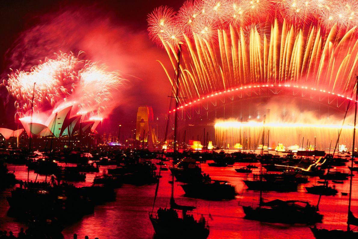 Feuerwerk über einer Hafenszene