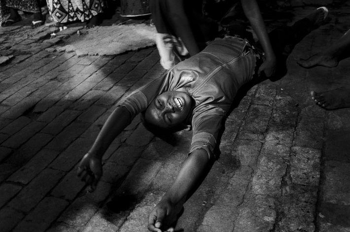 Frau liegt auf dem Boden