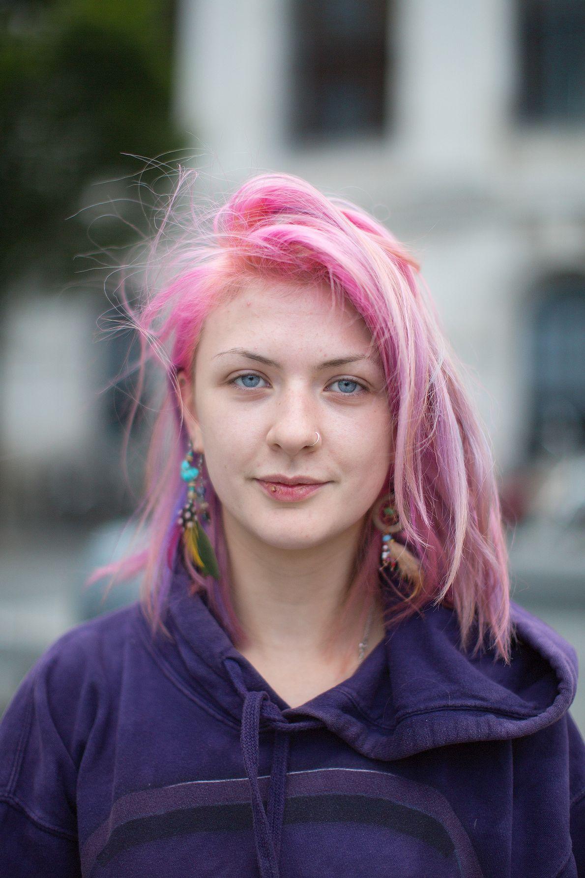 Niamh Caldwell posiert auf der Dame Street, einer großen Straße in der Nähe des Stadtzentrums von ...