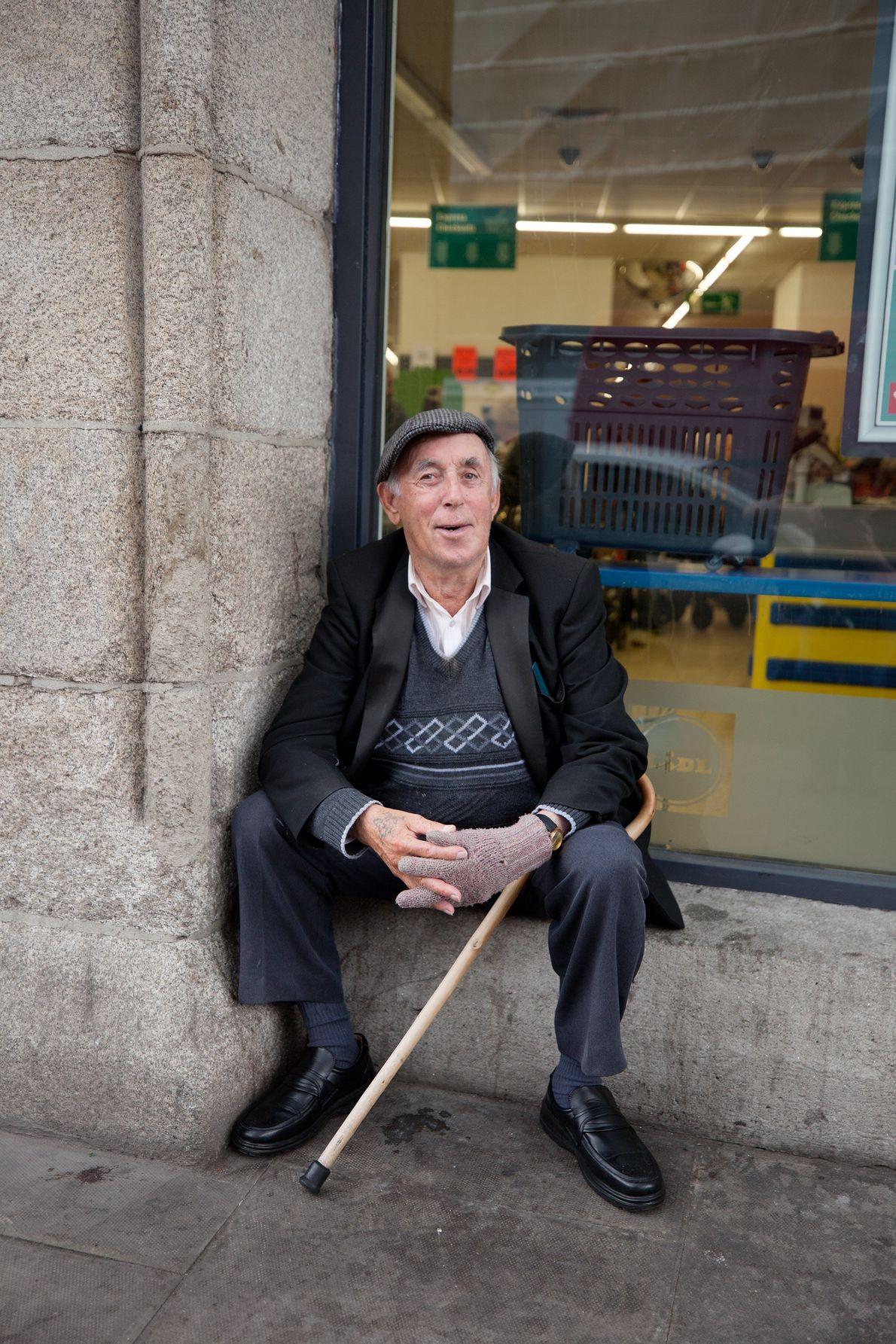 Jimmy Dillon, ein Einwohner Dublins, sitzt im Stadtteil Liberties, der sich zwischen dem Guinness-Lagerhaus und der ...