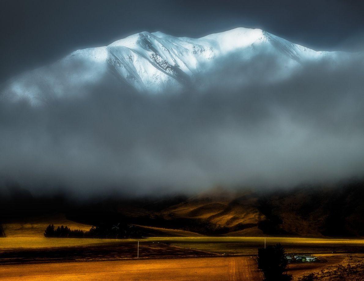 Das weiche Licht, das auf die Neuseeländischen Alpen fällt, lässt die Szenerie auf diesem Bild fast ...