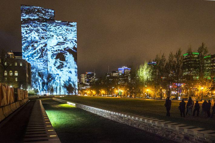 Während der Cité Mémoire Tour können Besucher in der Altstadt von Montréal Projektionen an Gebäuden, Bäumen ...