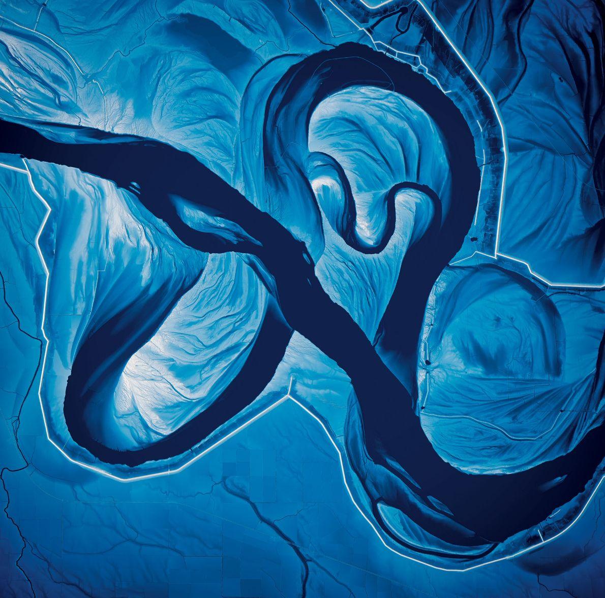 Die Farben zeigen den Höhenverlauf des Flusses und des ihn umgebenden Landes zum heutigen Zeitpunkt: blau ...