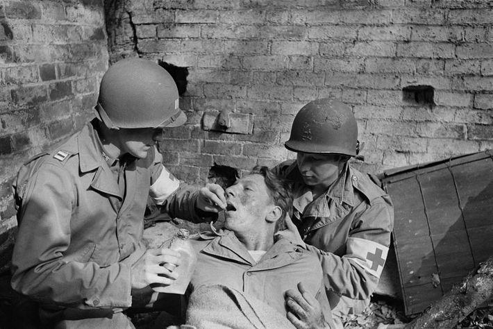 """Ein amerikanischer Soldat im Zweiten Weltkrieg, der an einem """"Kampfschock"""" leidet, erhält von einem Arzt ein ..."""