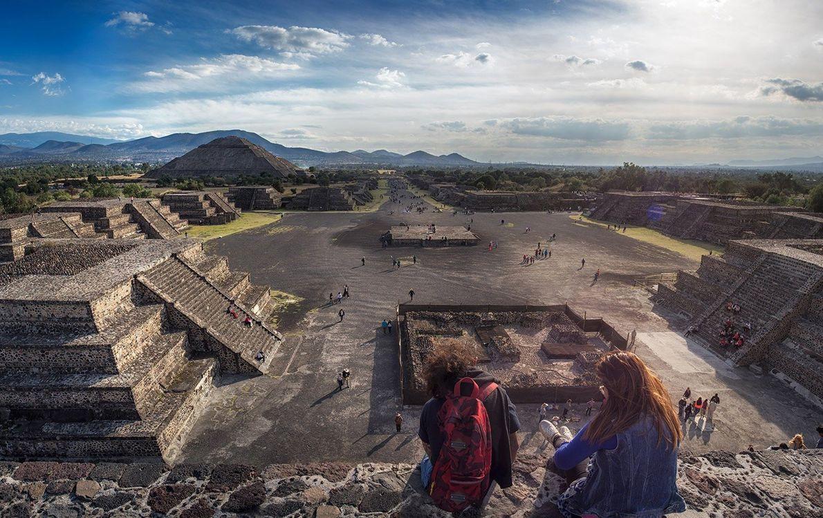 Reisende sitzen auf einer Tempelmauer über Teotihuacán. Die heilige Stadt liegt etwa 40 Kilometer nordöstlich von ...