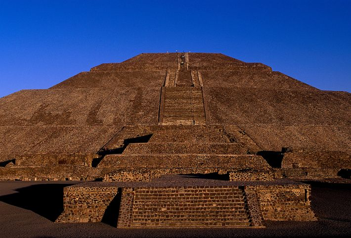 Die Sonnenpyramide von Teotihuacán erhebt sich in Mexiko-Stadt vor dem kobaltblauen Himmel.